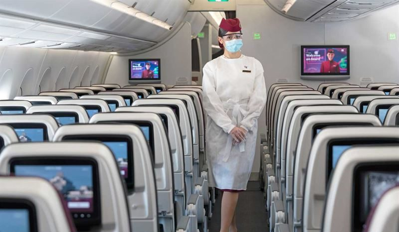 En kabineansat hos Qatar Airways med corona-uniform. Foto: Qatar Airways
