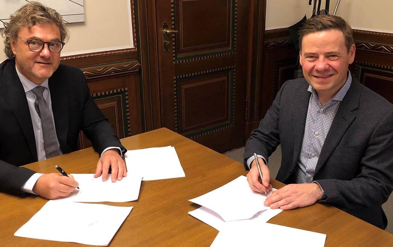 Niels Hemmingsen (t.v.) ny administrerende direktør i Aalborg Lufthavn og bestyrelsesformand Thomas Kastrup-Larsen. (Foto: Aalborg Kommune)