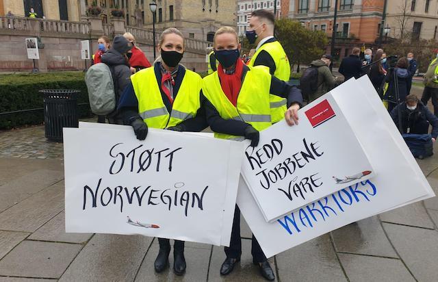 Medarbejdere fra Norwegian demonstrerer foran Stortinget i Oslo. (Foto fra den norske pilotforenings Twitter-konto)