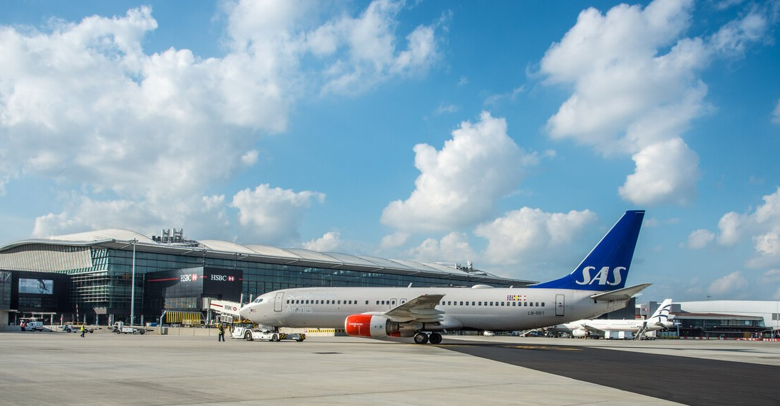 Boeing 737-800 fra SAS i Heathrow Airport Terminal 2 (Foto: Equate Images | © LHR Airports)