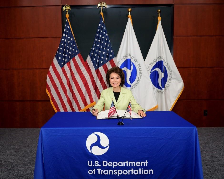 Den amerikanske transportminister, Elaine Chao, underskriver den nye Open Skies-aftale mellem USA og Storbritannien. Foto: USAs transportministerium