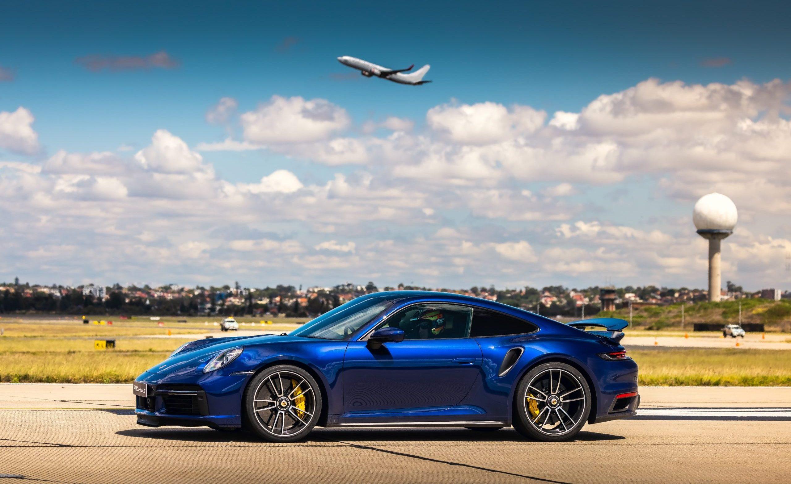 """En Porsche Turbo S ved """"Launch Control"""" på bane 16L/34R i Sydney Airport, New South Wales, Australien, den 30. oktober 2020. Foto: Daniel Kalisz/Porsche AG"""