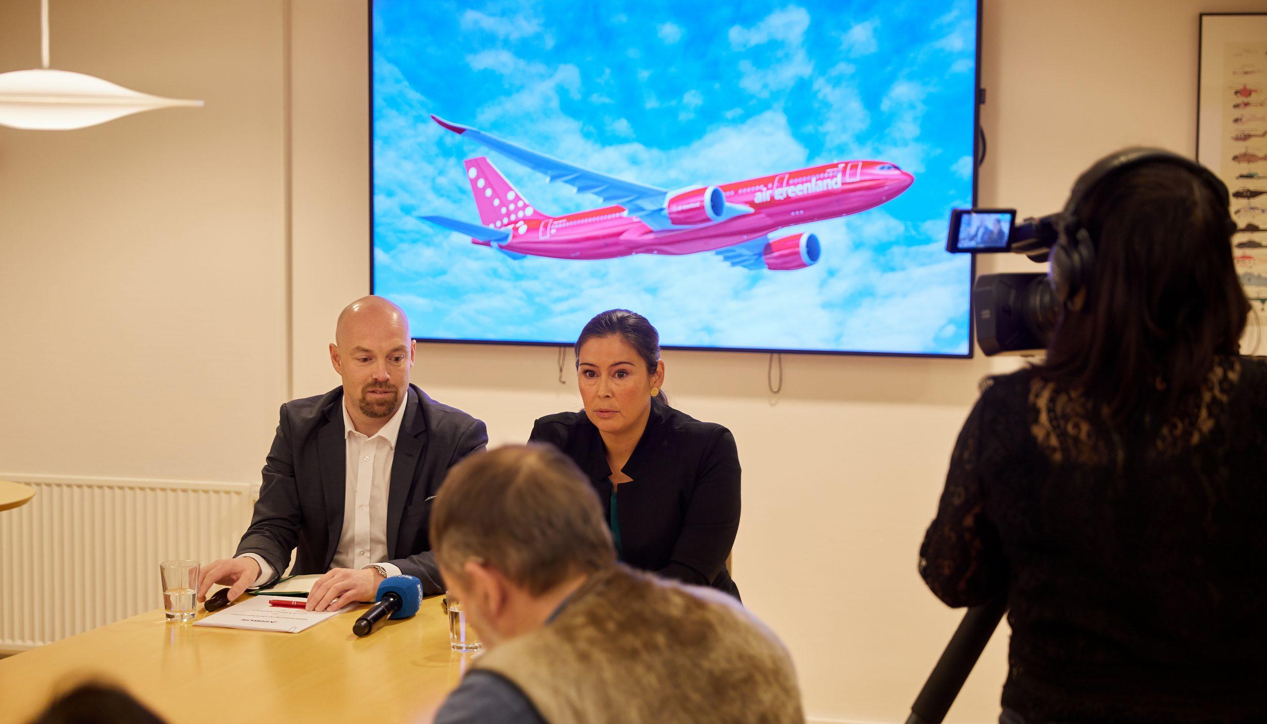 Adm. direktør Jacob Nitter Sørensen og bestyrelsesformand Bodil Marie Damgaard fra Air Greenland fra kontraktunderskrivelsen. (Foto: Air Greenland   PR)