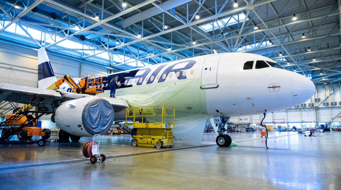 Finnair-flyet Airbus A319-100 med registrering OH-LVA til ophug i Cotswold Airport  i England. Foto: Mikko Pylkkö
