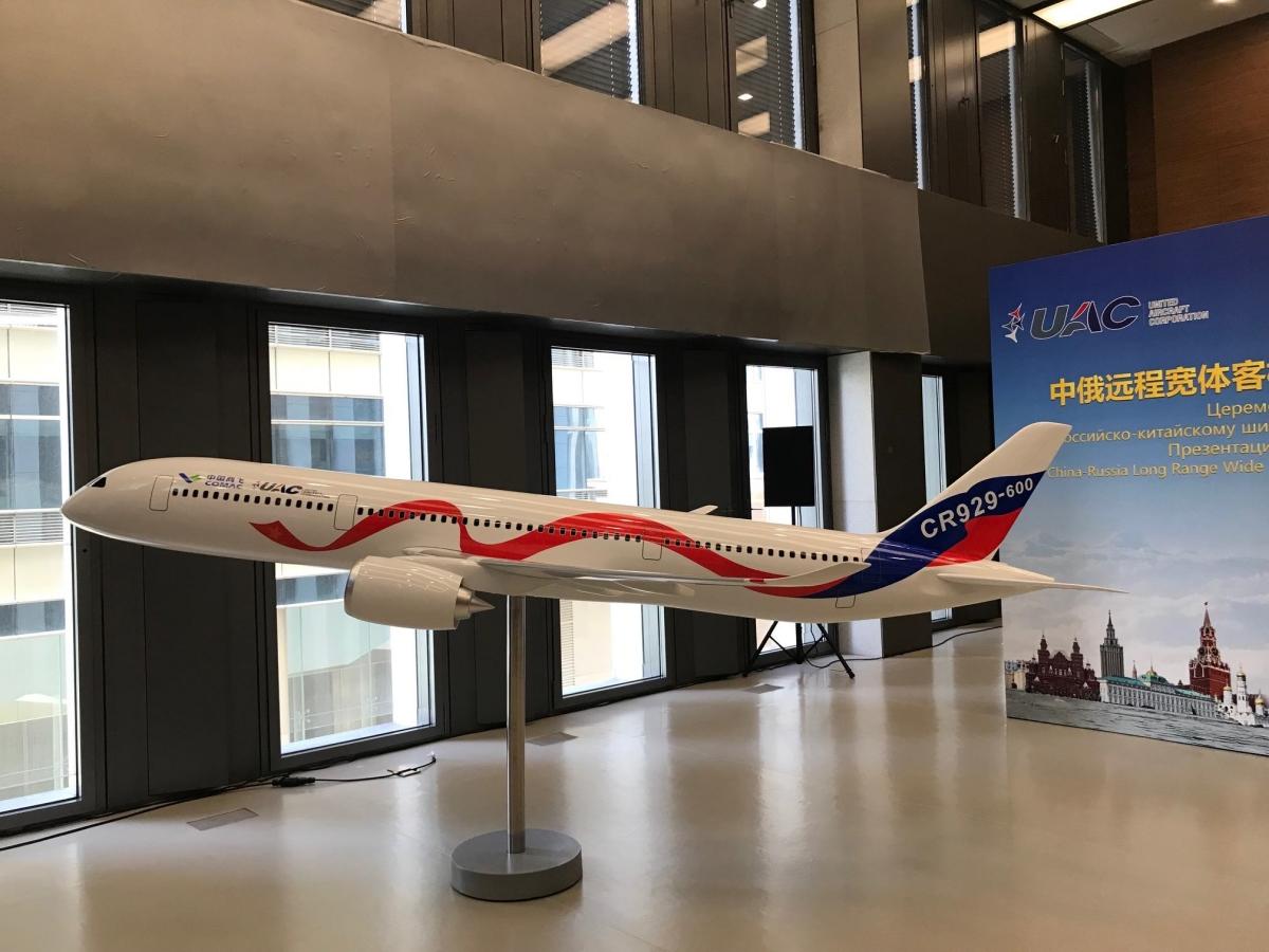 En model af CR929 – det nye langdistancefly fra UAC og COMAC. Foto: UAC/COMAC