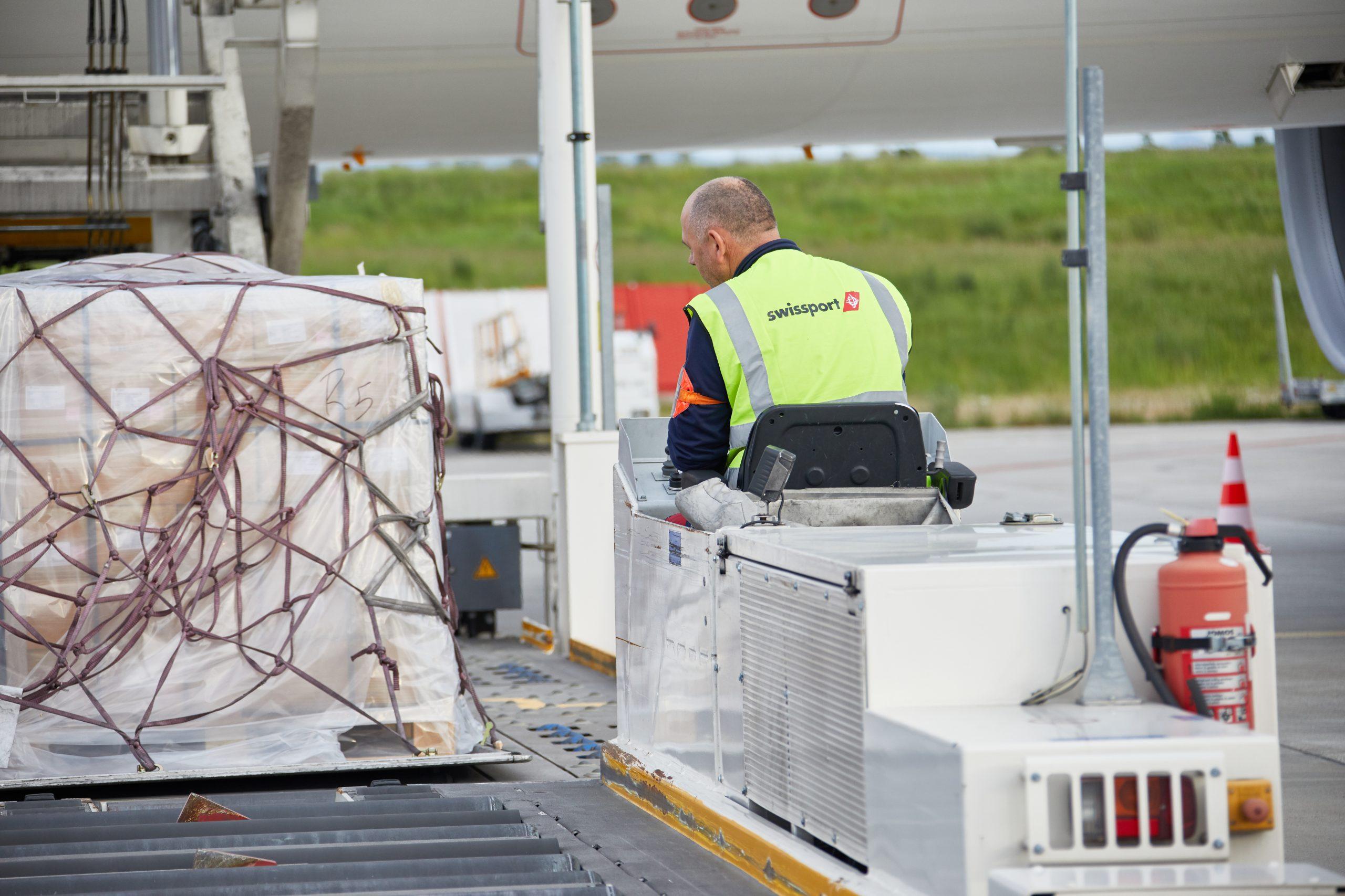 Swissport-ansat i arbejde i EuroAirport Basel Mulhouse Freiburg (Foto: Swissport   PR)