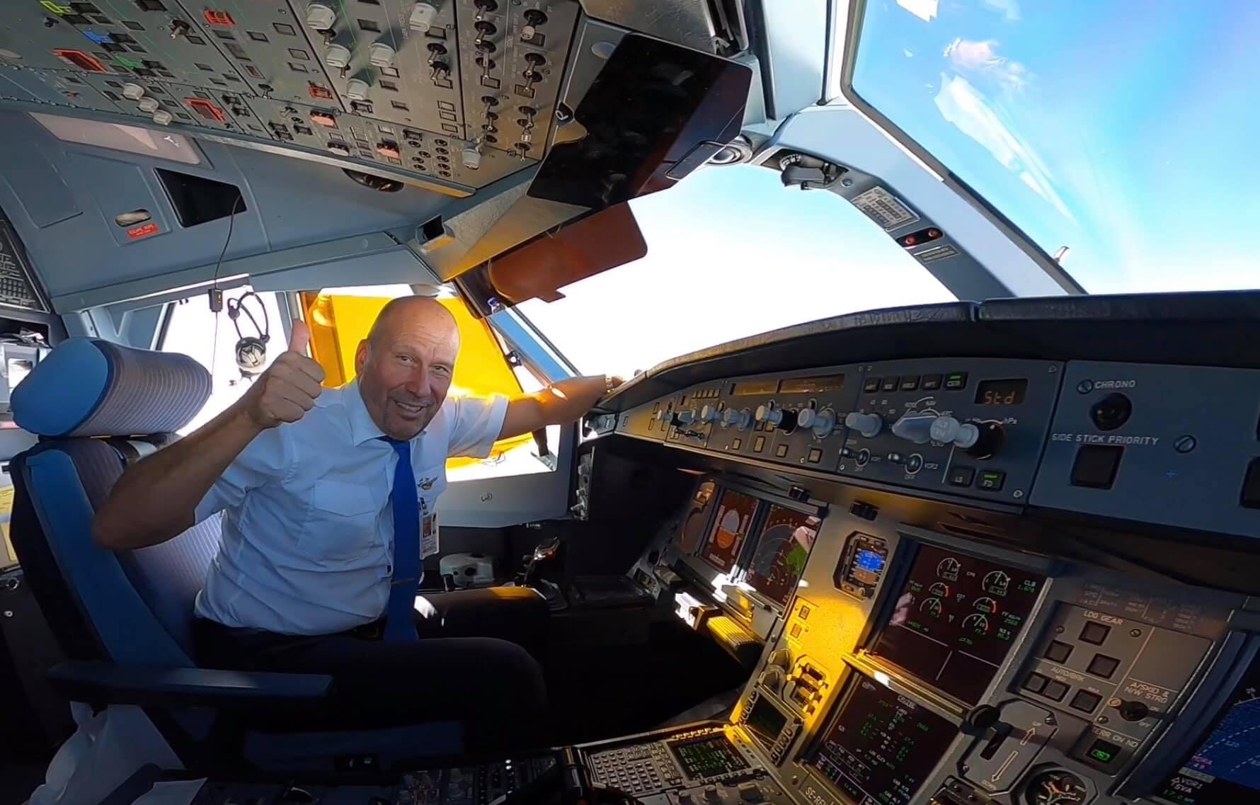 Björn Lundström i cockpittet på en Airbus A330. (Privatfoto)