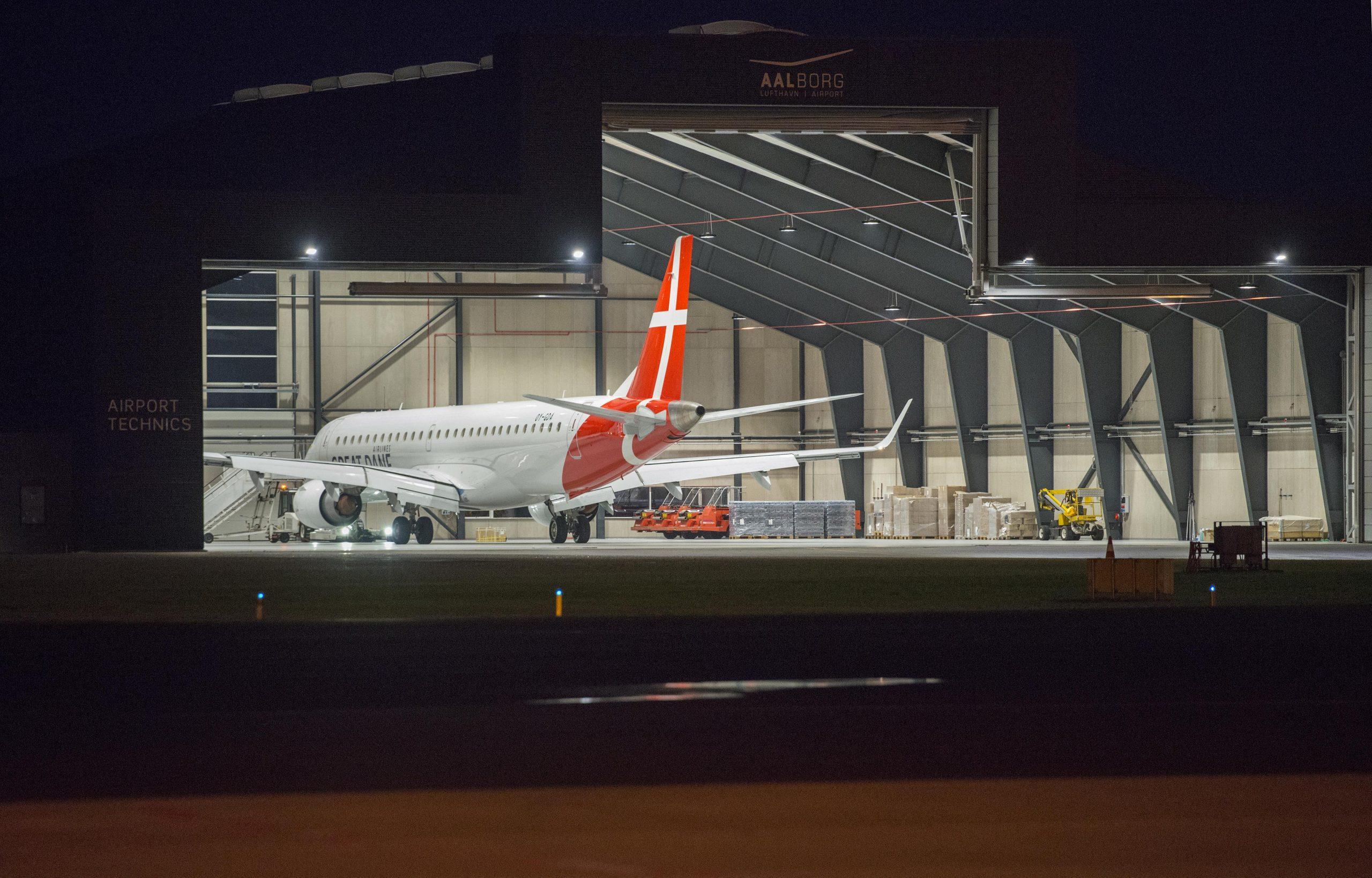 Great Dane Airlines Embraer ERJ 195LR  i hangar i Aalborg Lufthavn. (Foto: Joakim J. Hvistendahl)