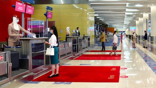 Check-in hos Emirates i Dubai. Foto: Emirates