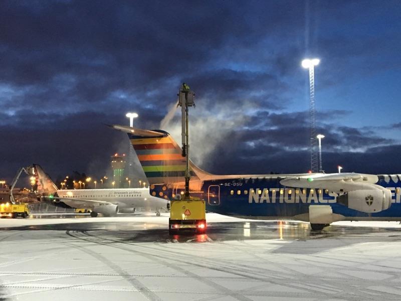 De-icing af fly i Stockholm Bromma-lufthavnen. Foto: Stockholm Bromma/Facebook