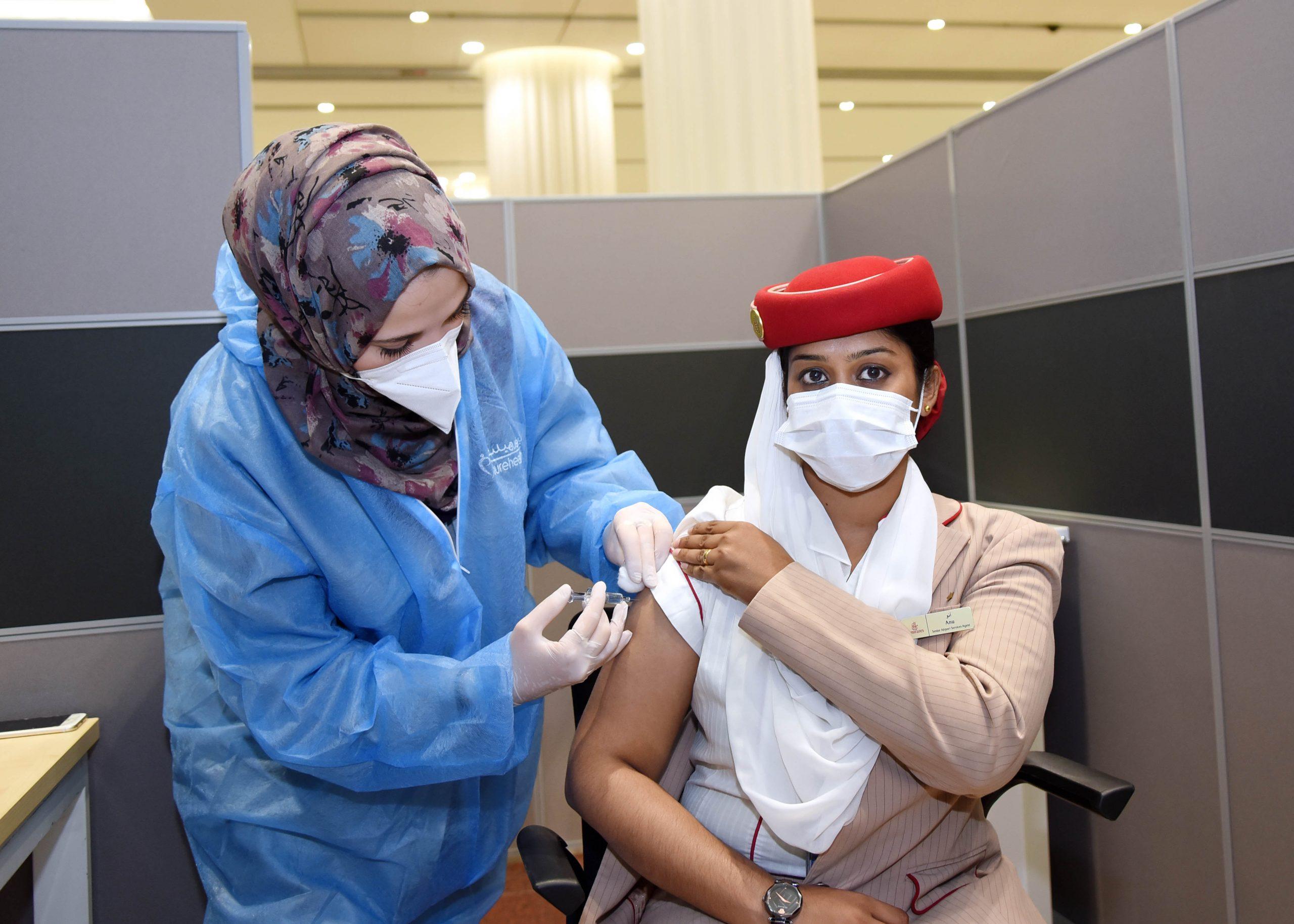 Ansat hos Emirates modtager COVID-19-vaccine. (Foto: Emirates Group)