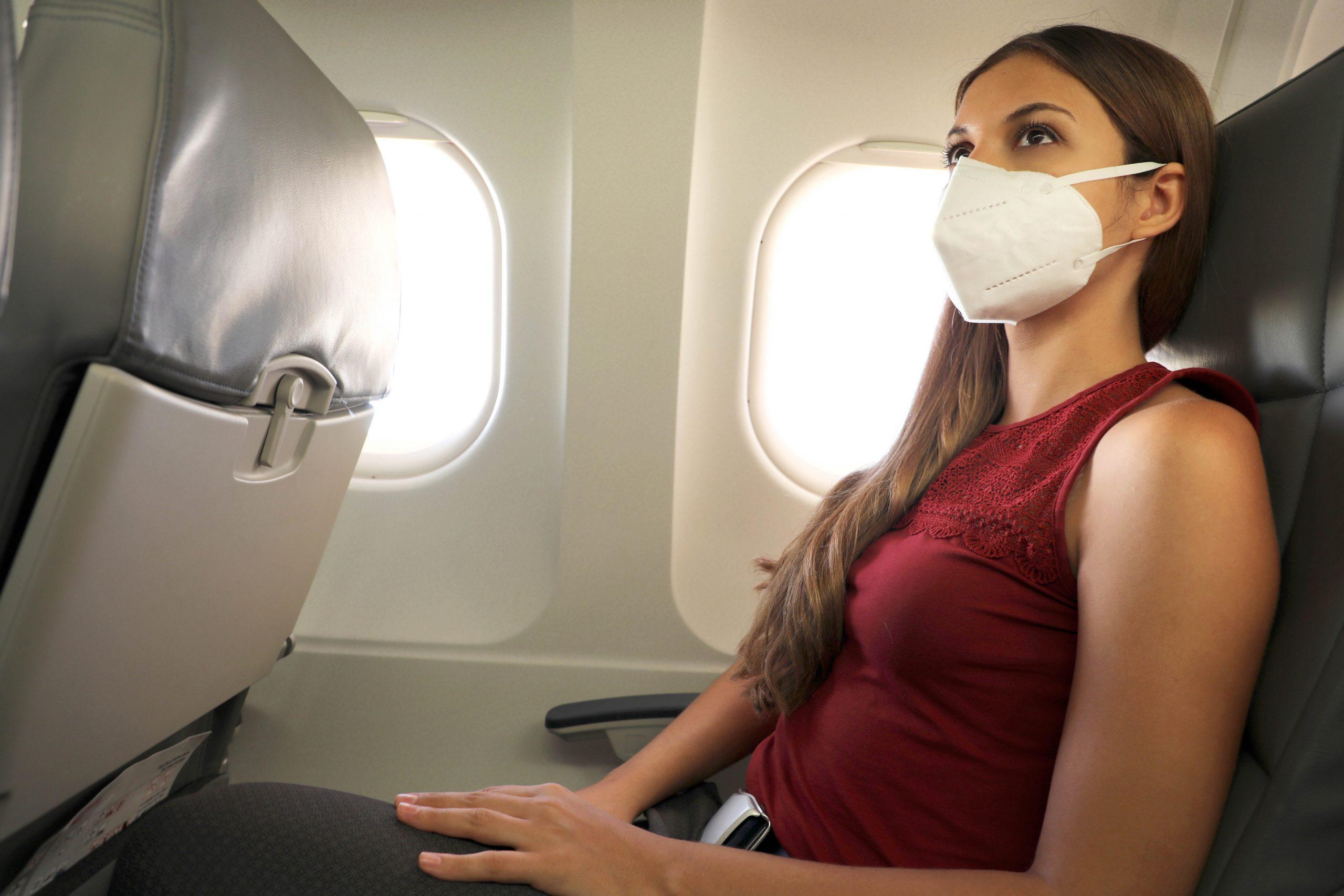 Flypassagerer med FFP2-maske. (Foto: shutterstock_1794081826)