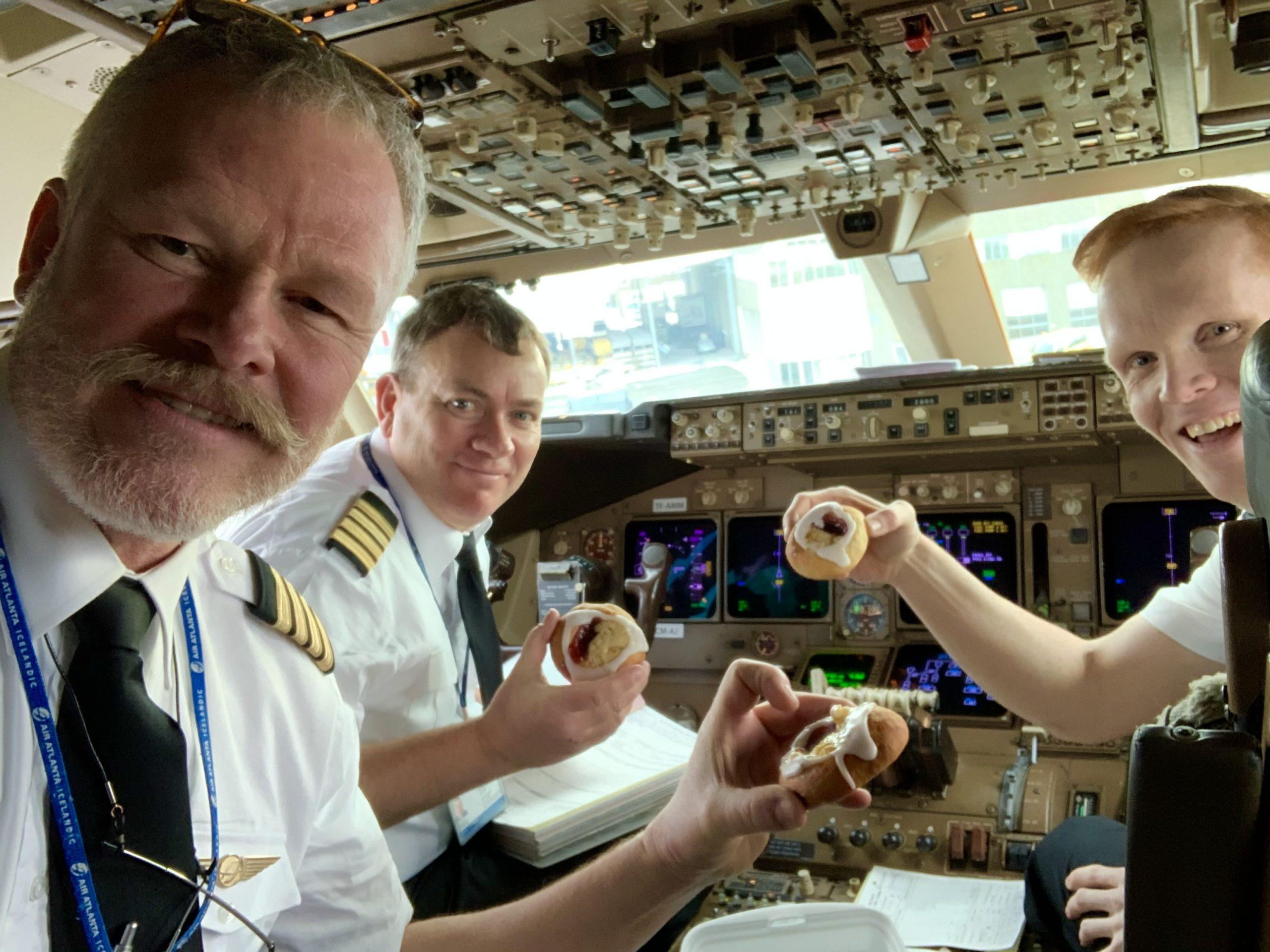 Tre danske piloter i Boeing 747 fra Billund Lufthavn. (Privatfoto)