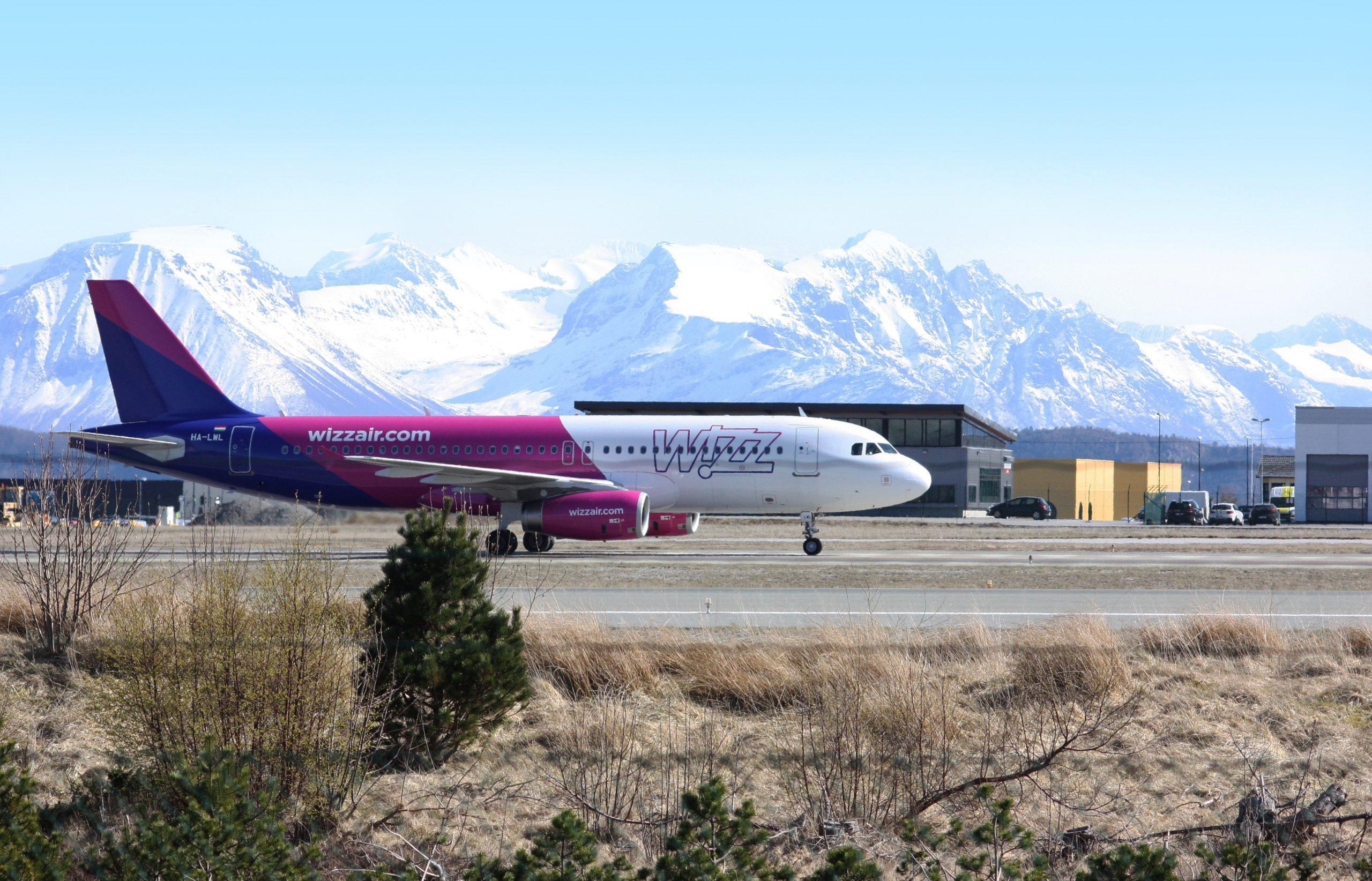Airbus A320 fra Wizz Air i Ålesund-Vigra lufthavnen. (Foto: shutterstock_685899301)