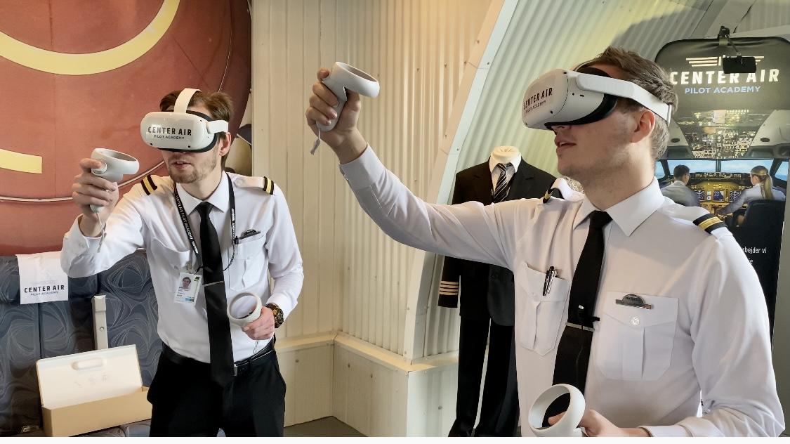 To CAPA-pilotelever tester VR-brillerne til træning på Boeing 737. Foto: CAPA