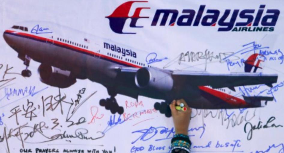 En væg med billede af MH370 og tilhørende underskrifter. Foto: MohdFaizalHassan/Twitter