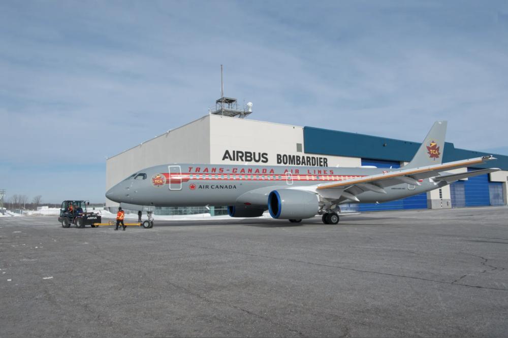 Air Canada har malet en helt ny Airbus A220-300 i retrofarver fra Trans-Canada Air Lines. Her er flyet foran malerhallen i Mirabel, Québec. Foto: Air Canada