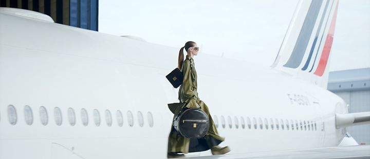 En af modellerne fra det franske modehus Balmain på vingen af en Boeing 777-300ER fra Air France. Foto: Air France