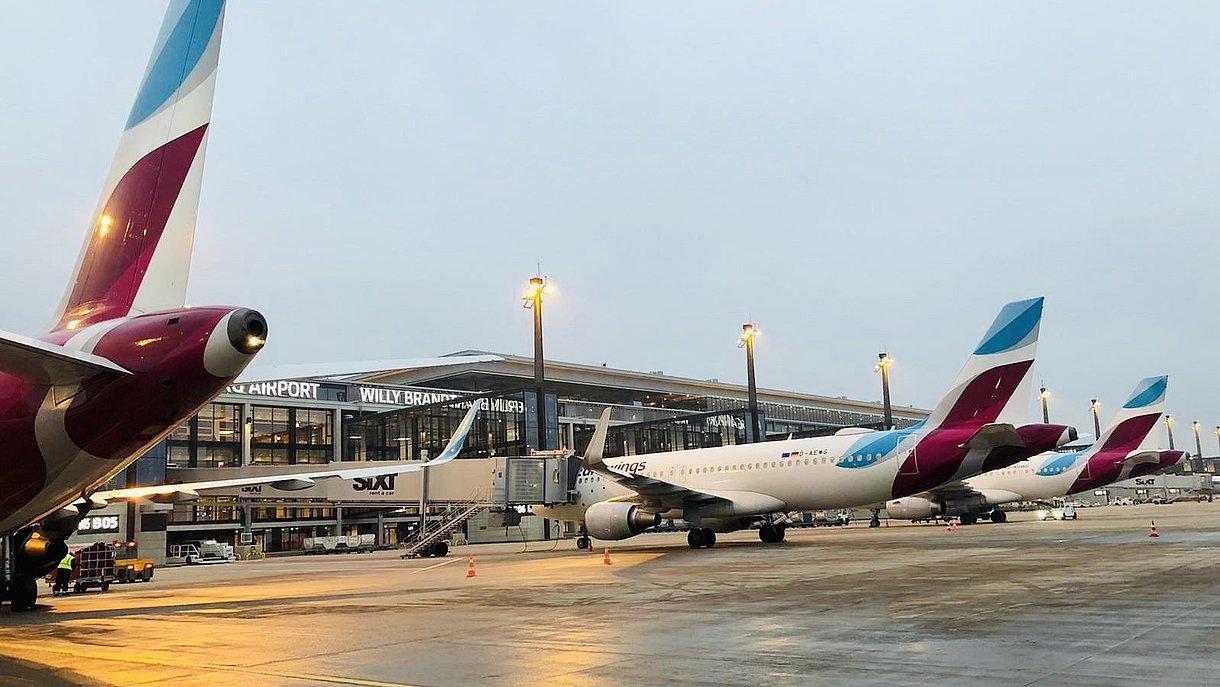 Eurowings-fly ved terminalen i Berlin Brandenburg Airport. Foto: Eurowings