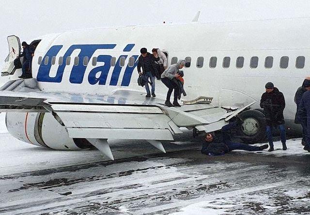Passagerer evakueres efter havariet i Usinsk i Rusland.