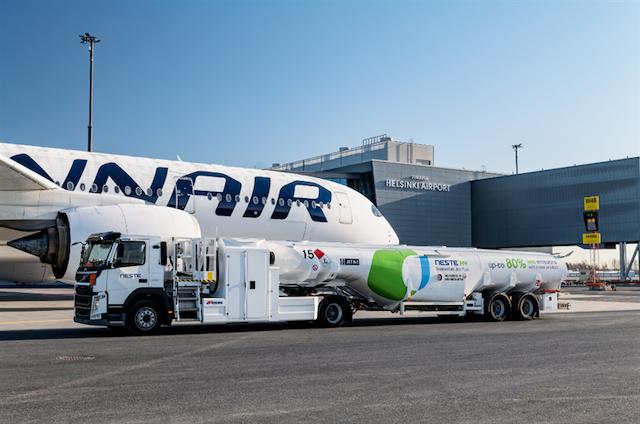 Finnair tanker Neste biobrændstof i Helsinki Lufthavn. (Foto: Neste)