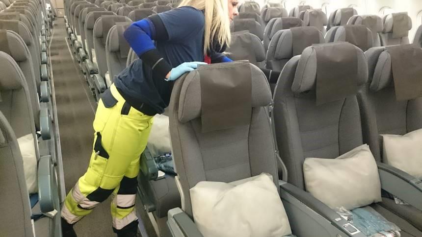 Medarbejder fra Serwiz på opgave i et fly. (Foto: Serwiz)