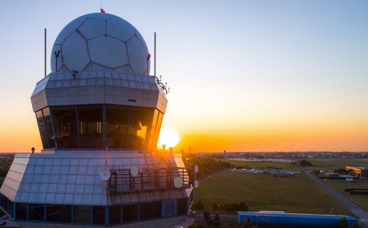 Kontroltårnet i Warsaw Chopin Airport i Polen. Foto: PANSA