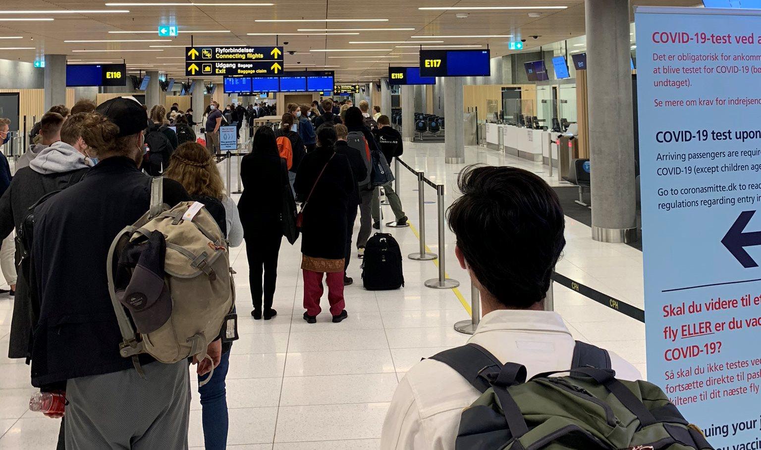 Ventetid på COVID-19-test ved ankomst i Københavns Lufthavn. (Foto: AMJ | privatfoto)