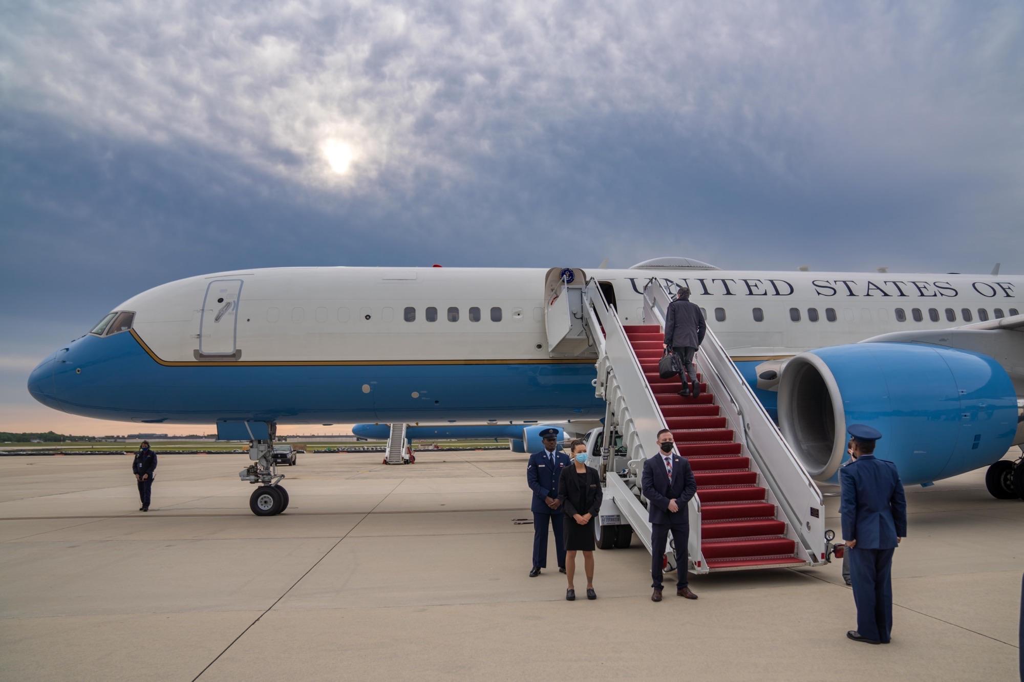USA's udenrigsminister Antony Blinken ved ombordstigningen i regeringsflyet inden flyvningen til København. (Foto: United States government official | Twitter)