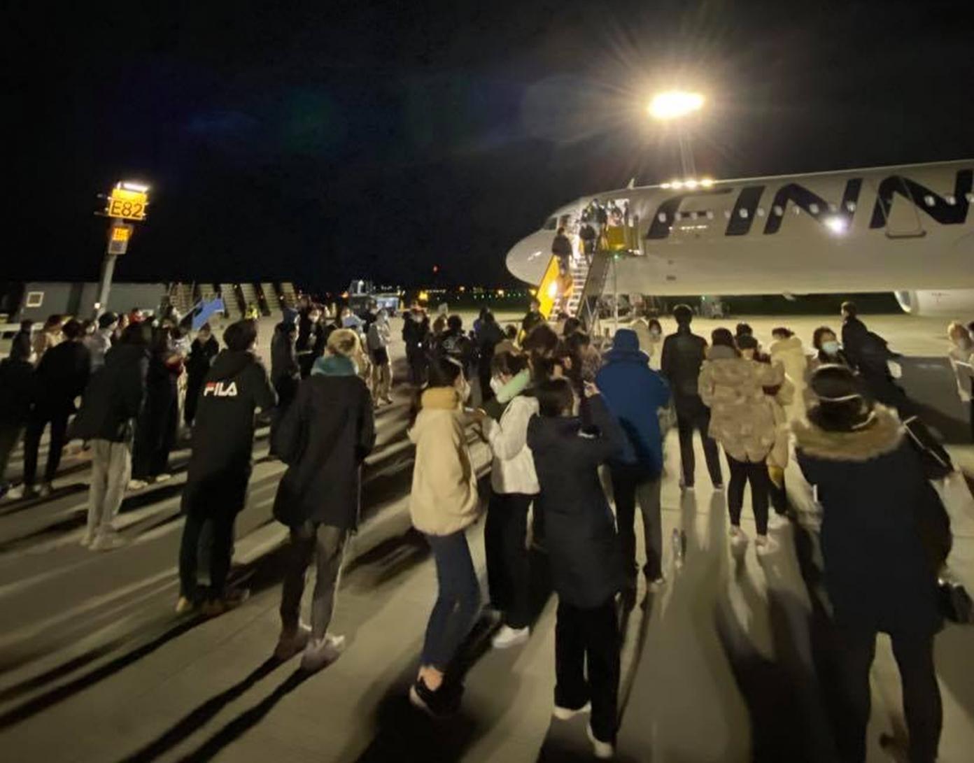 Mange passagerer var samlet ved siden af Finnair-flyet, efter de havde forladt det i CPH i forbindelse med sikkerhedslandingen. Foto: LoyaltyLobby