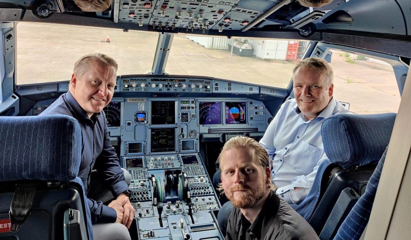 Piloterne Halldór  Guðfinnsson og Friðrik Ottesen samt Andra Geir Eyjólfsson, chef for teknisk afdeling i PLAY, i cockpittet på den første Airbus A321neo til det nye islandske lavprisflyselskab. Foto: PLAY
