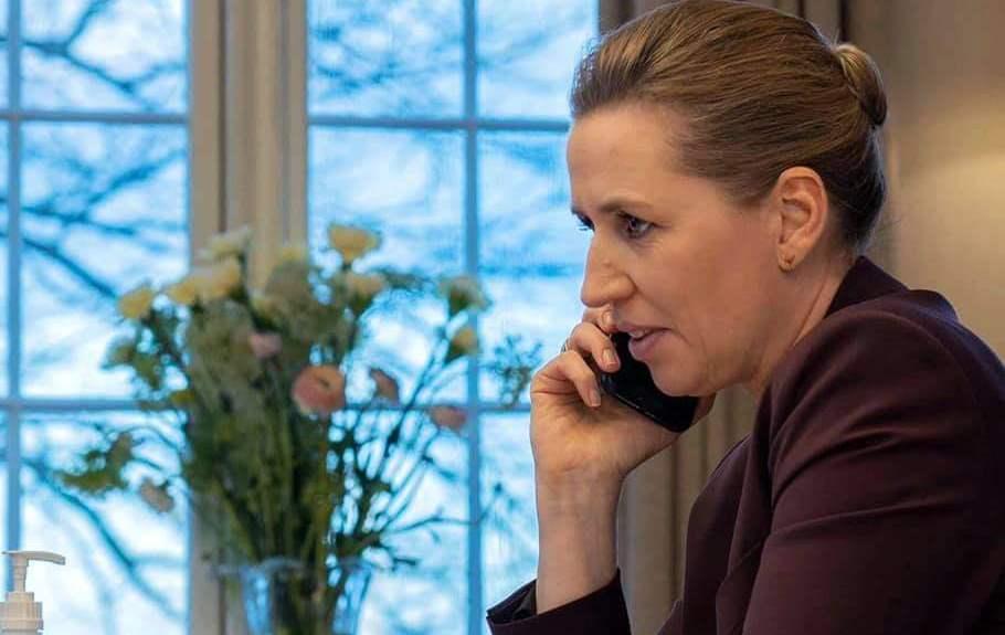 Statsminister Mette Frederiksen i telefonsamtale fra Marienborg. (Foto: Facebook | Mette Frederiksen)