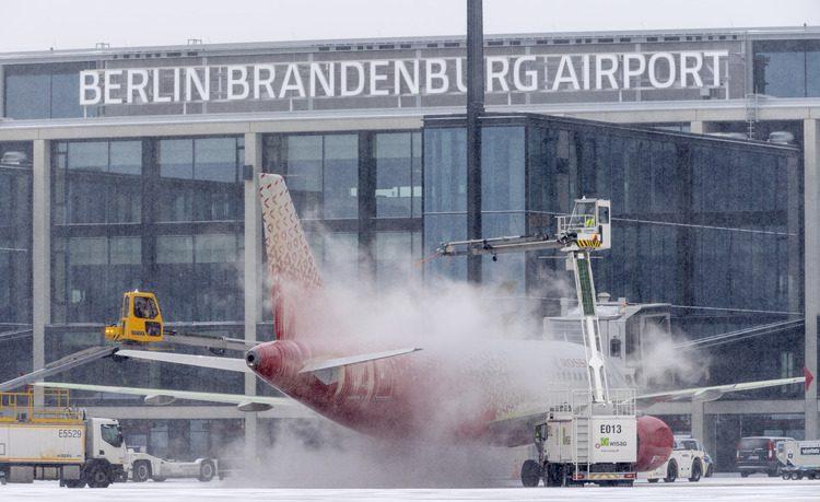 Et fly bliver de-icet før afgang fra Berlin Brandenburg Airport. Foto: Berlin Brandenburg Airport