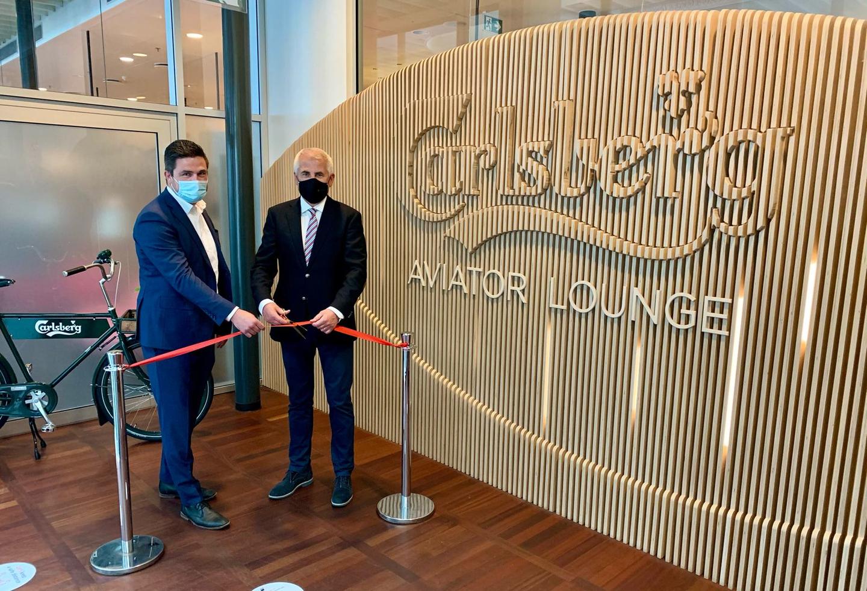Peter Balling Teisen, direktør for Real Estate Sales i Københavns Lufthavn, og Vygaudas Usackas, bestyrelsesformand i Aviator, klipper snoren til Carlsberg Aviator Lounge. (Foto: Aviator)