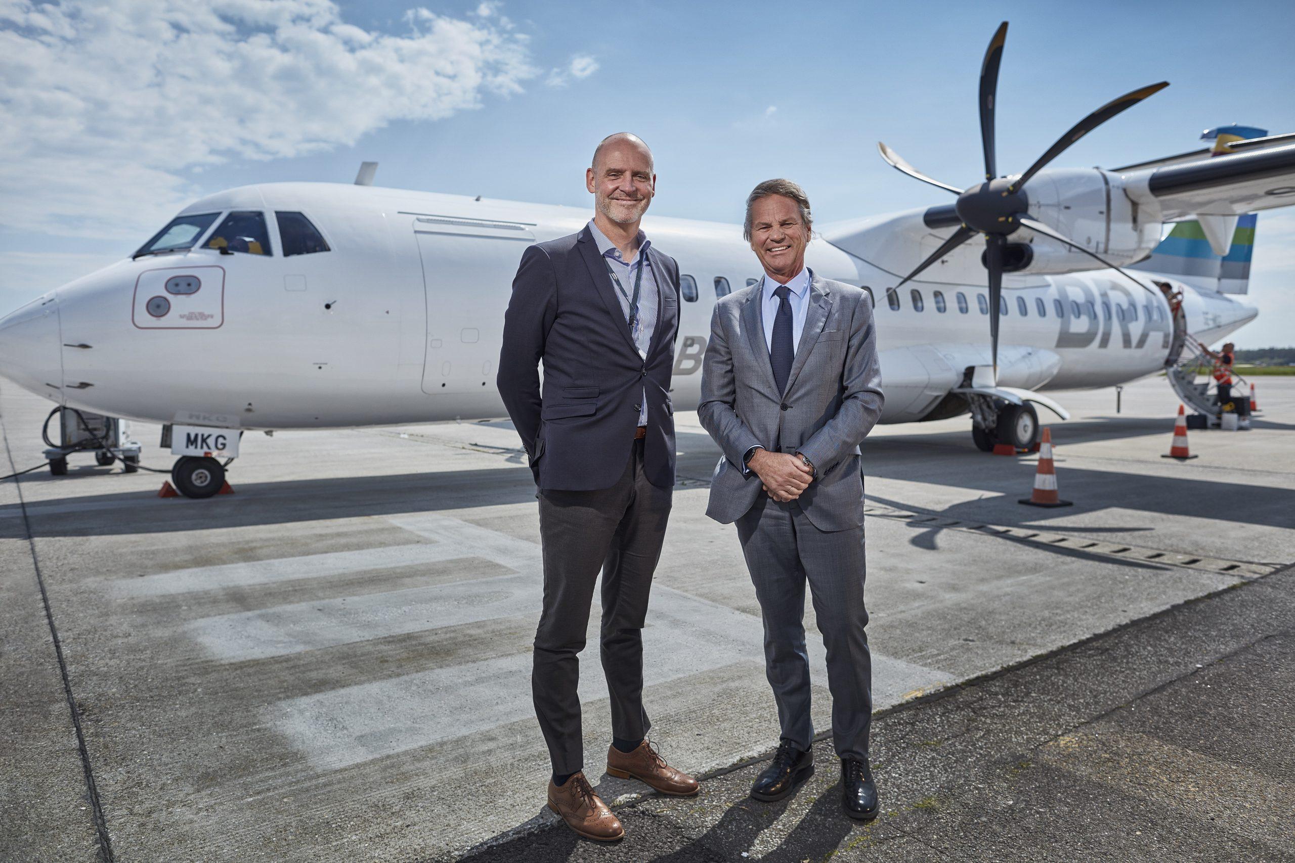 BRA er landet i Aarhus Airport. Adm. direktør Nicolai Krøyer, Aarhus Airport t.v. og Per G. Braathen, ejer af BRA t.h. (Foto: Aarhus Airport)