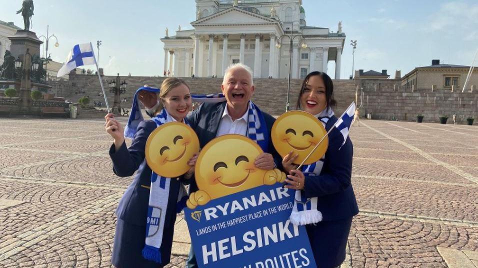 Administrerende direktør Eddie Wilson fra Ryanair DAC flankeret af to ansatte foran katedralen i Helsinki. (Foto: Ryanair)