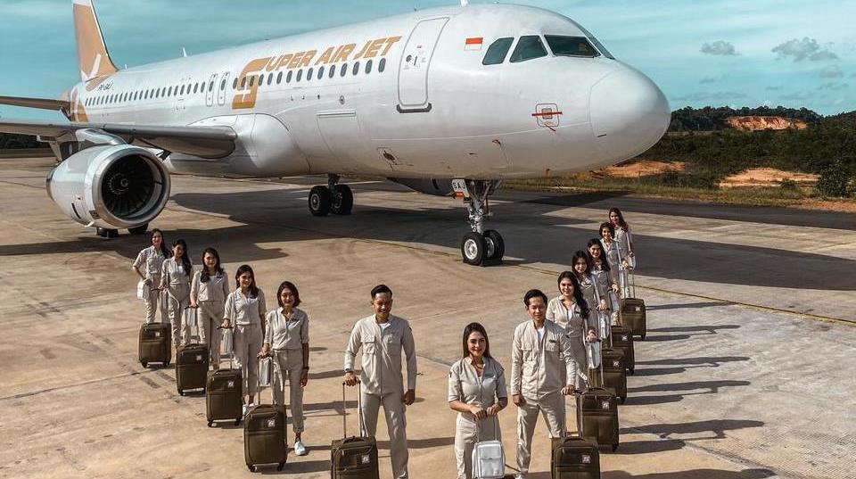 Læg mærke til skoene hos de ansatte hos Super Air Jet. (Foto: Super Air Jet)