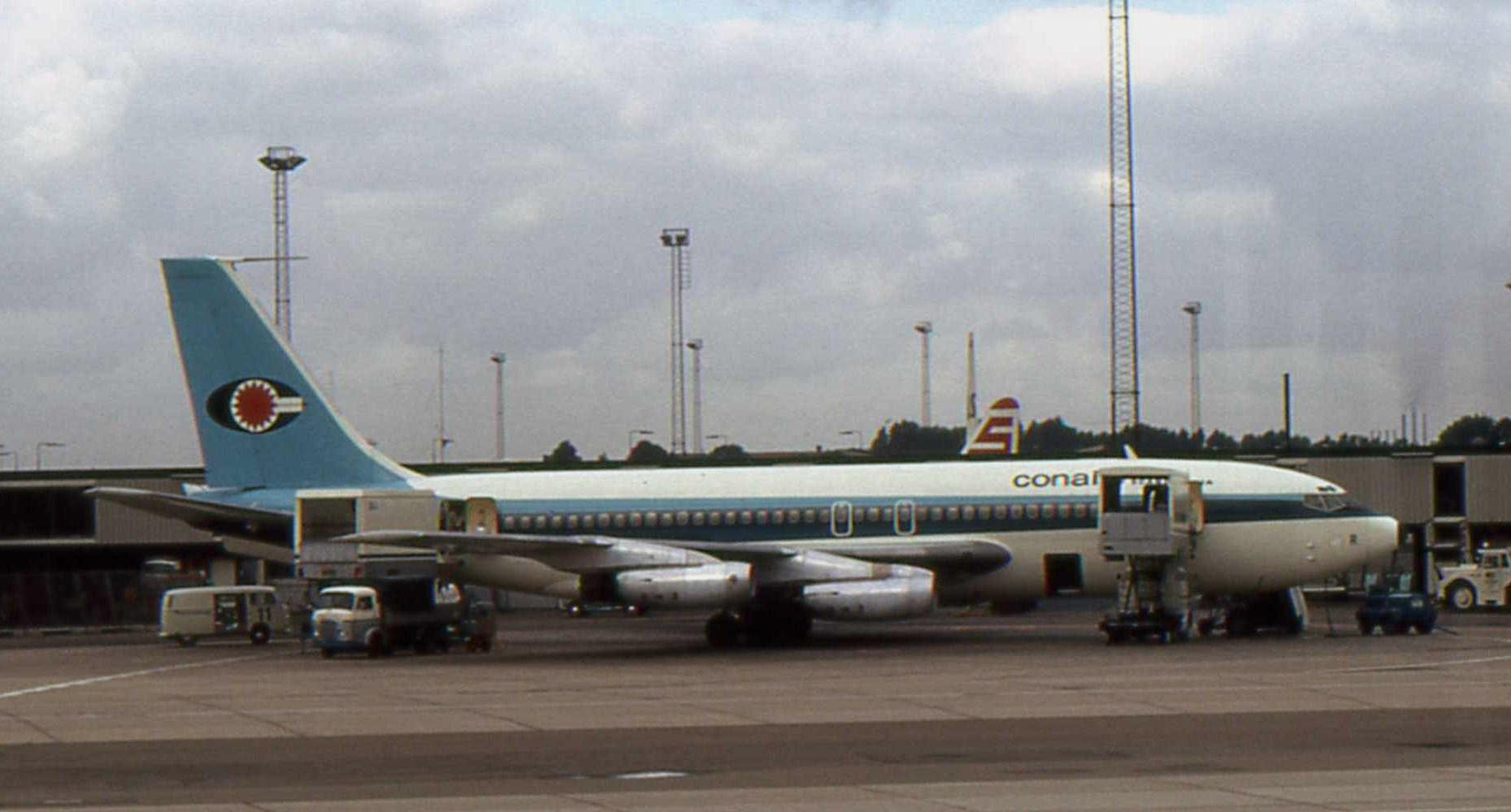 Conairs Boeing 720 med registrering OY-DSL i Københavns Lufthavn i august 1972. Foto: Piergiuliano Chesi, CC 3.0
