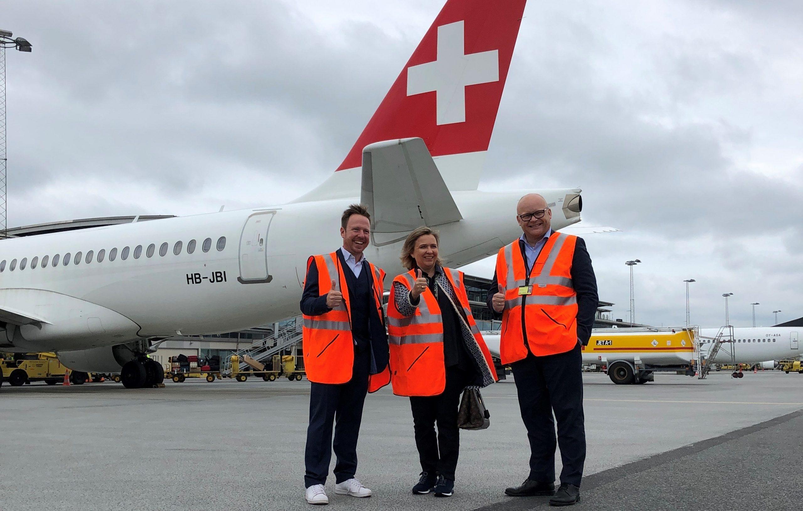 Det første SWISS-fly i Billund blev modtaget af Bastian Frantz, landechef Lufthansa Group i Danmark, ambassadør Florence Tinguely Matti og adm. direktør Jan Hessellund fra Billund Lufthavn. (Foto: Mads Bisp Agersnap)