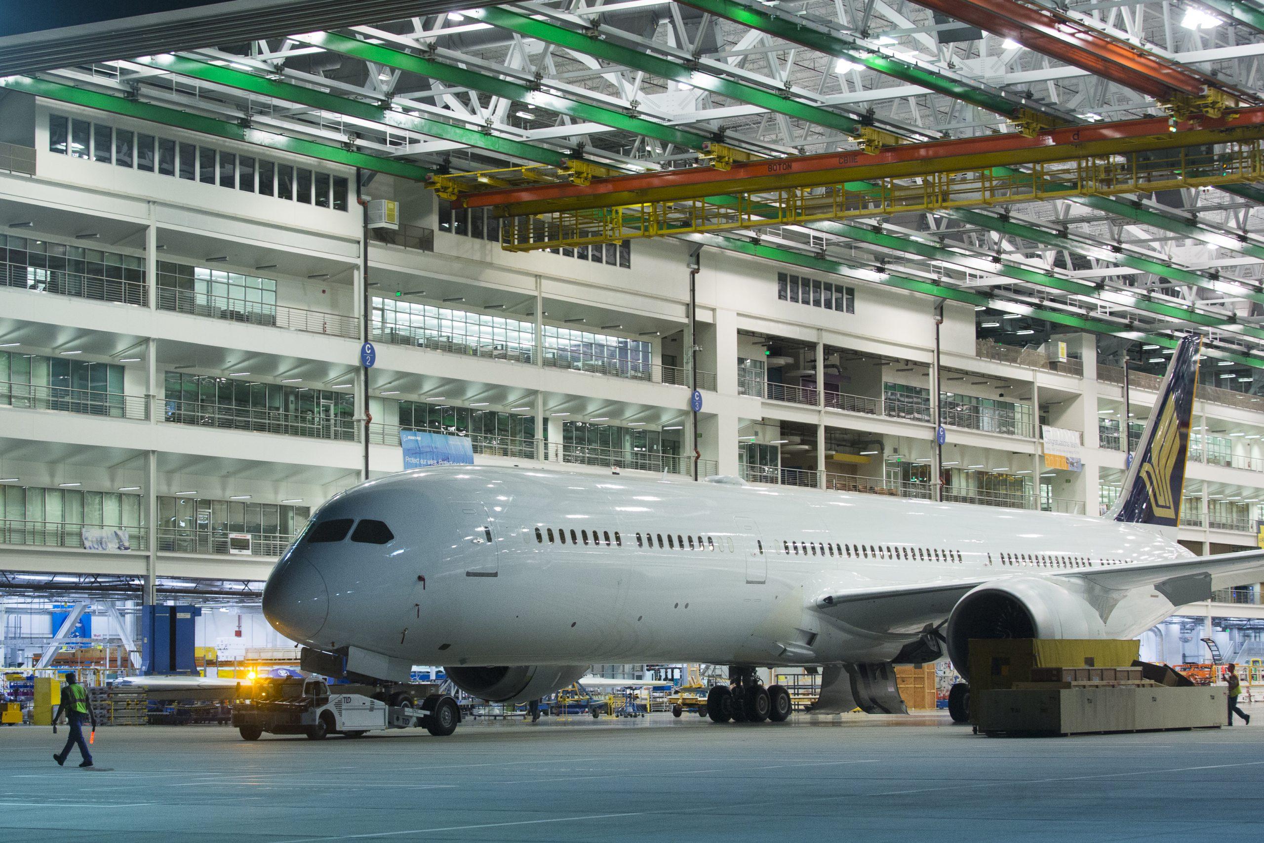 En Boeing 787-10 til Singapore Airlines ruller ud af fabrikken i North Charleston i delstaten South Carolina. Foto: Boeing