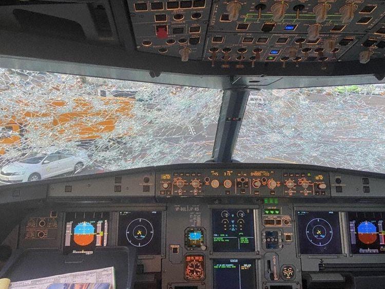 Cockpitruderne revnede på en Airbus A320 fra russiske S7 Airlines i forbindelse med et haglvejr. Foto: Breaking Aviation News & Videos/Twitter