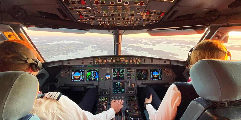 Wizz Air-piloter i cockpittet på en Airbus A320. (Foto: Wizz Air | Twitter)