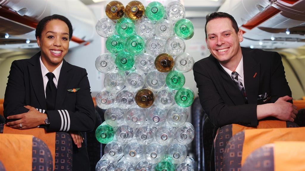 EasyJet introducerer nye uniformer fremstillet af genbrugte plasticflasker. Foto: easyJet