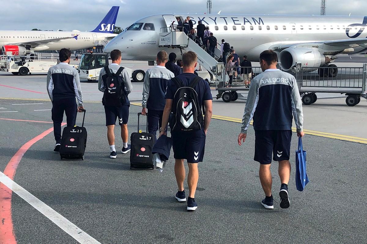 AaB-truppen ved afrejse fra Aalborg Lufthavn i 2019 i forbindelse med træningslejren i hollandske Doorwerth. (Foto: Aabsport.dk)