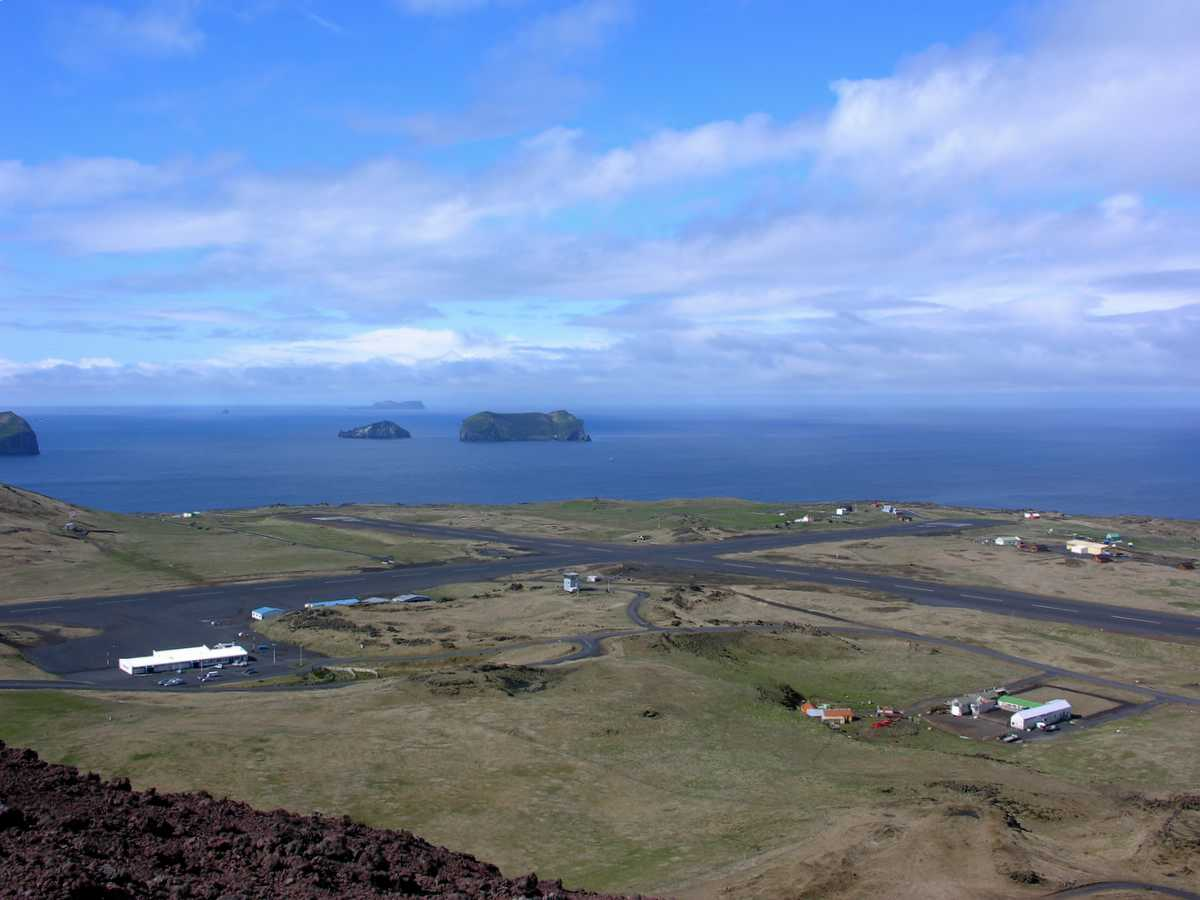 Vestmannaeyjar Airport på Heimaey. (Foto: Wikiwand)