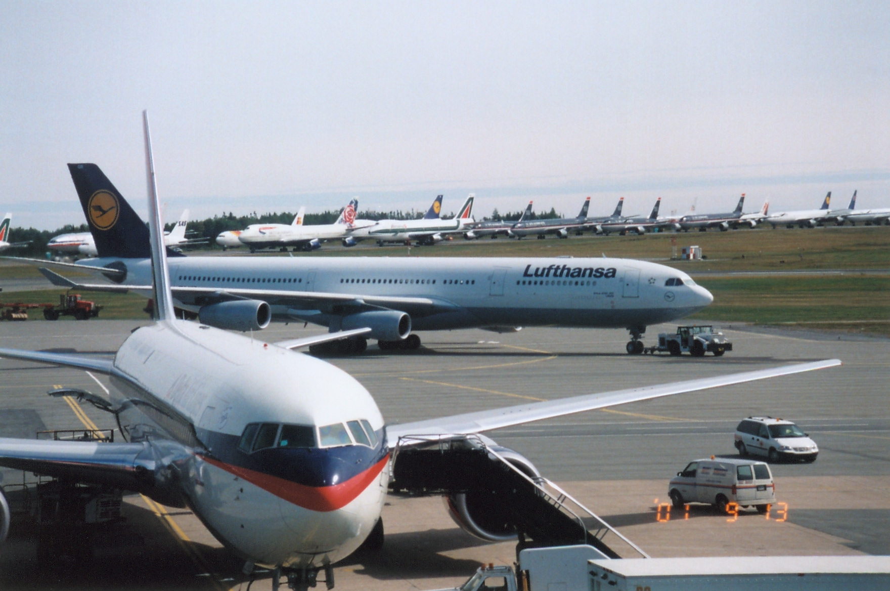 Halifax International Airport tog imod 47 af op imod 240 passagerfly. SAS-flyet kan skimtes bag Lufthansa-flyets hale. (Foto: Halifax International Airport Authority)