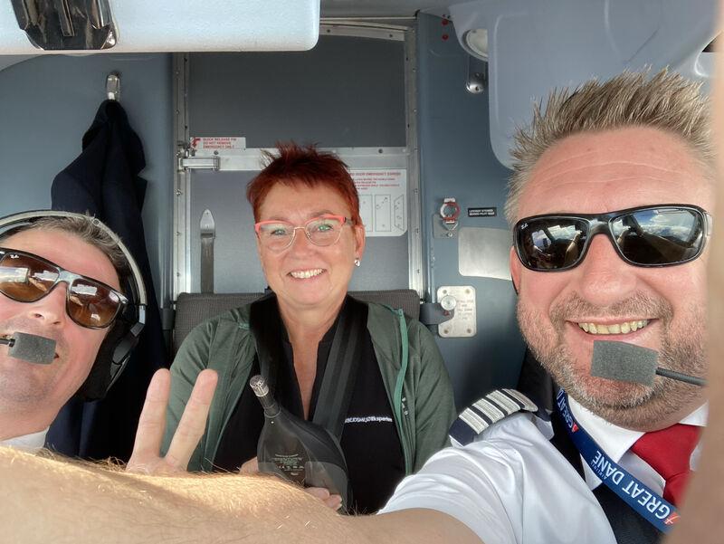 Lene Bildtoft i godt selskab ombord på flyet fra Great Dane Airlines. (Privatfoto)