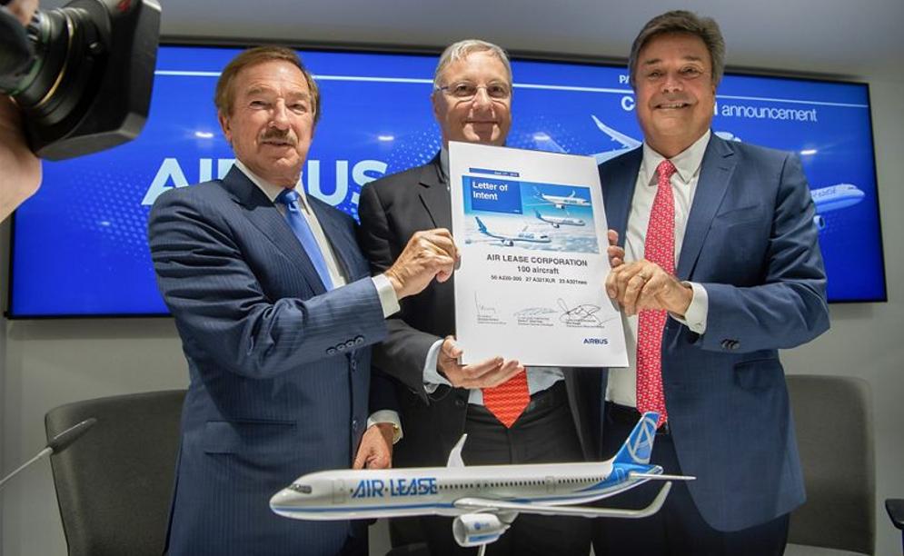 Flyleasingselskab ALC og Airbus ved kontraktunderskrivelse. (Foto: Airbus   A. Doumenjou   masterfilms)