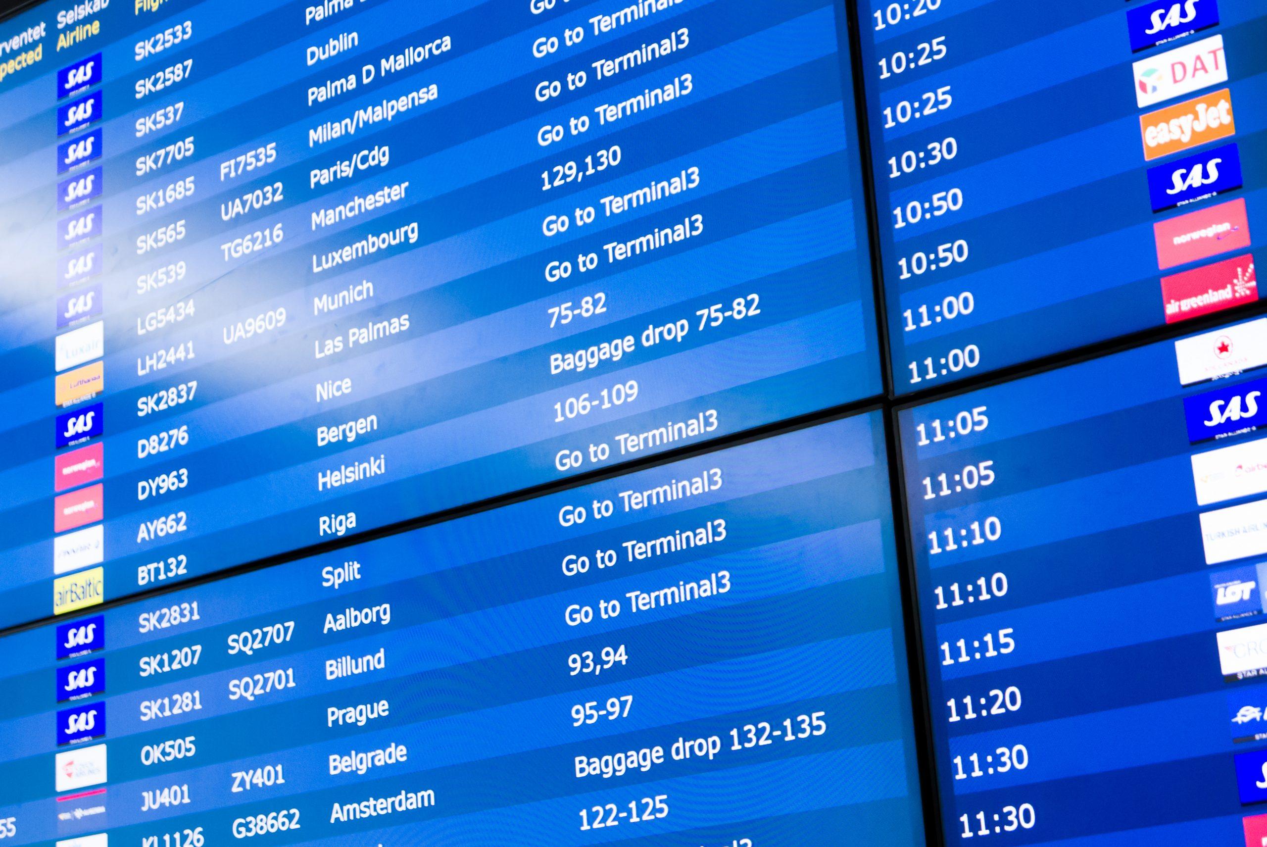 Afgangstavle i Københavns Lufthavn. (Foto: DarwelShots | shutterstock)