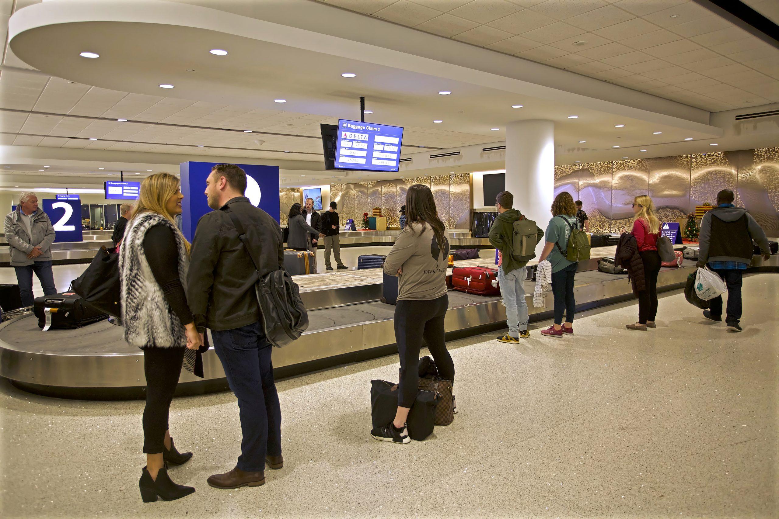 Ankommende passagerer venter på bagagen i Louis Armstrong New Orleans International Airport (Foto: Elliott Cowand Jr | shutterstock)